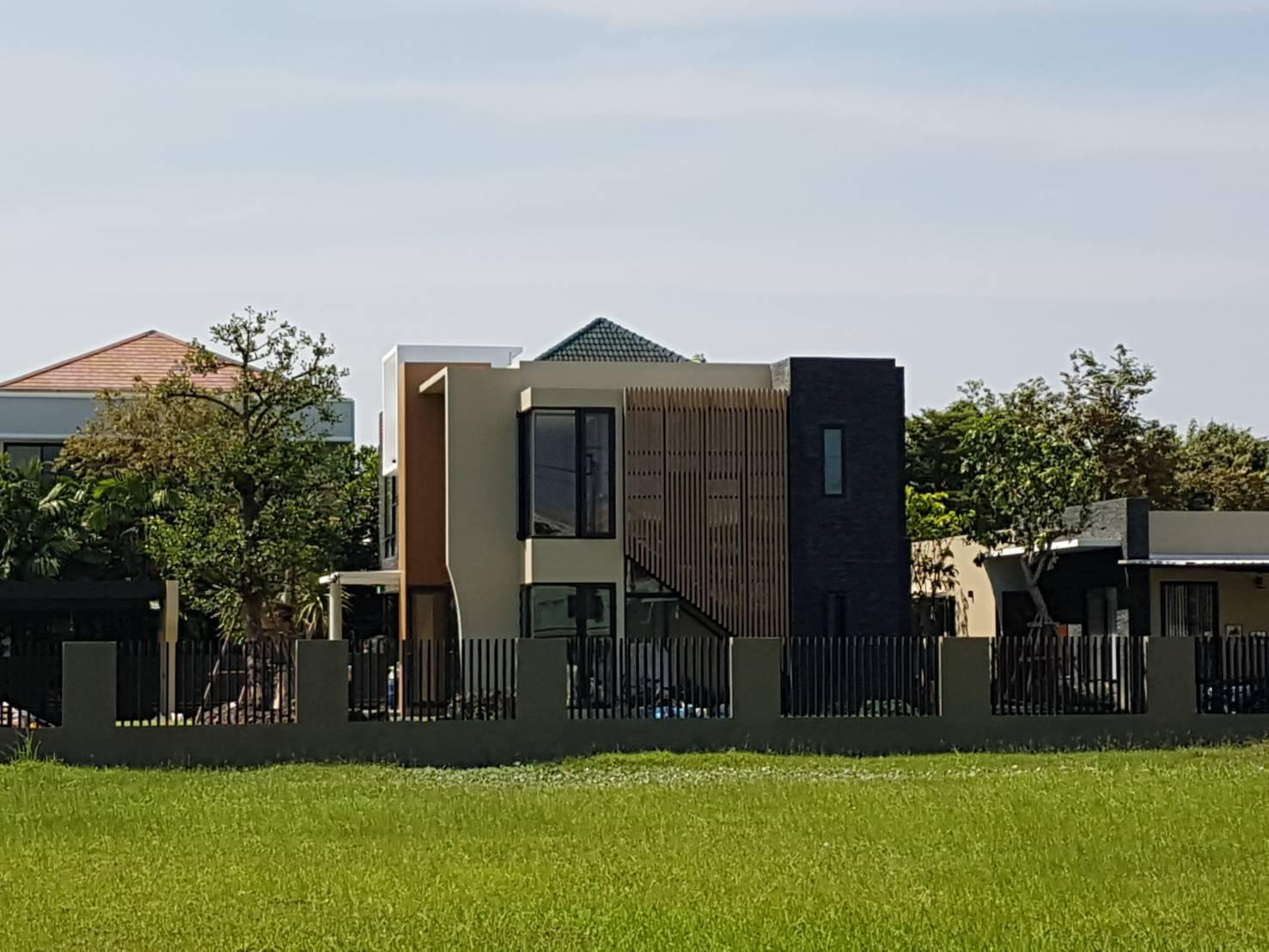 ที่ดินหมู่บ้านเอกชัยออร์คิดการ์เด้น อยู่บางบอน3 ซอย1 เข้าซอย100เมตรอยู่ซ้ายมือ ติดสวนน้ำ ที่ดินติดถนนเมนในหมู่บ้าน